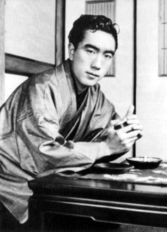 yukio-mishima-plainclothes